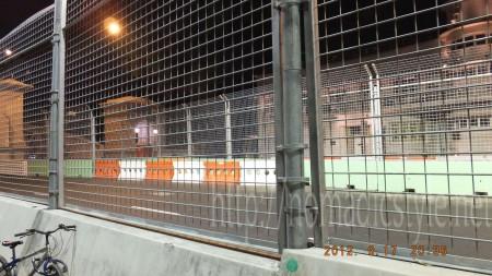 F1のために公道にフェンス設置