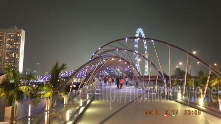 ベイフロント・アベニュー脇の橋