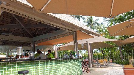 シャングリラ ラサ セントーサ リゾート プール脇のカフェ